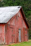 Granero rojo viejo situado en Mississippi rural Imagen de archivo