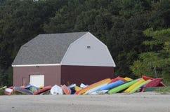 Granero rojo y barcos coloridos Fotos de archivo libres de regalías