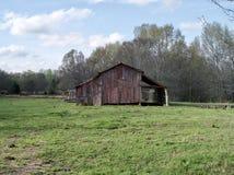 Granero rural del cortijo en un pasto del campo Fotos de archivo libres de regalías