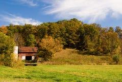 Granero rural en campo Fotos de archivo libres de regalías