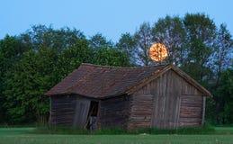 Granero sueco viejo en campo durante claro de luna Imagen de archivo libre de regalías