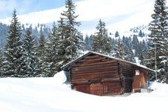 Granero suizo en invierno Imagen de archivo