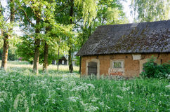 Granero ural viejo molar entre la alta hierba Imágenes de archivo libres de regalías