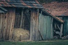 Granero viejo con la pila del heno imagen de archivo libre de regalías