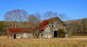 Granero viejo con Red Roof imagenes de archivo