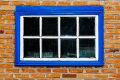 Granero viejo con una ventana de madera del vintage fotografía de archivo libre de regalías