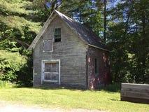 Granero viejo de Waitsfield Vermont en bosque imagen de archivo