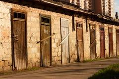 Granero viejo del ladrillo con las porciones de puertas de madera Foto de archivo