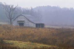 Granero viejo en campo Foto de archivo