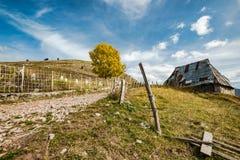 Granero viejo en Lukomir, pueblo pasado en Bosnia foto de archivo