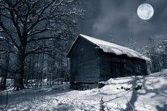 Granero viejo en nieve del invierno Foto de archivo libre de regalías