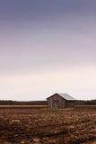 Granero viejo en un campo vacío Foto de archivo