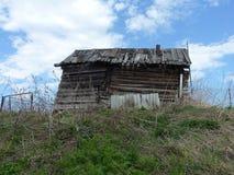Granero viejo hecho en casa en una pequeña colina fotos de archivo