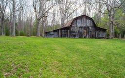 """Granero viejo rústico en el †""""Virginia, los E.E.U.U. de maderas Imagen de archivo libre de regalías"""