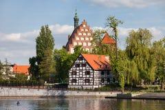 Granero y catedral blancos en Bydgoszcz Imágenes de archivo libres de regalías