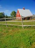 Granero y cerca rojos de Nueva Inglaterra Imagen de archivo libre de regalías
