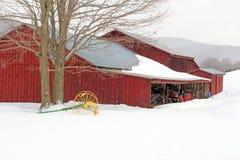 Granero y cultivador en la nieve, invierno Berkshires mA Foto de archivo libre de regalías