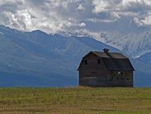 Granero y montañas imagen de archivo libre de regalías