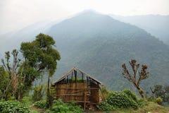 Granero y montañas de niebla en Nepal Fotos de archivo libres de regalías