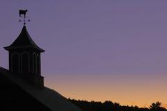Granero y puesta del sol del país foto de archivo libre de regalías