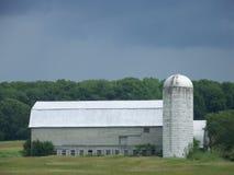 Granero y silo grises grandes en un campo en Vermont Fotos de archivo