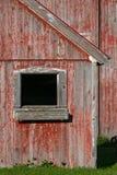 Granero y ventana rojos descolorados Imágenes de archivo libres de regalías