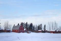 Granero y vertientes rojos en invierno Fotografía de archivo