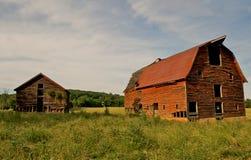Graneros abandonados en el país. Foto de archivo libre de regalías