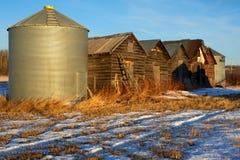 Graneros viejos abandonados en último invierno imagenes de archivo
