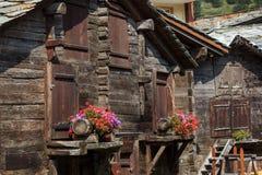 Graneros y vertientes de madera tradicionales, Zermatt, Suiza imagen de archivo