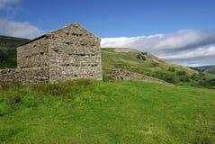 Grange à distance dans les vallées de Yorkshire, Angleterre Photo stock