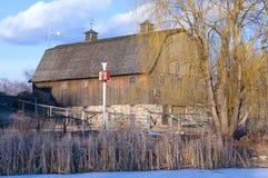 Grange à l'étang de ferme Photographie stock libre de droits
