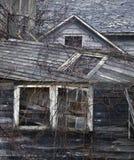 Grange abandonnée avec les fenêtres et le toit s'effondrants photo libre de droits