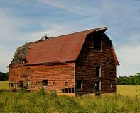 Grange abandonnée dans le pays. Photo libre de droits