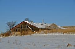 Grange abandonnée, oubliée, et neigée au moment Photographie stock libre de droits