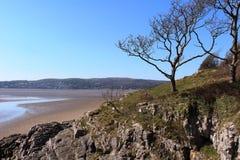 Grange-au-dessus-sables de crique blanche proche chez Arnside Photo stock