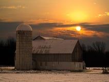 Grange au lever de soleil de coucher du soleil Photos stock