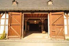 Grange avec des portes ouvertes Photos libres de droits