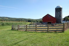 Grange avec le silo Photo stock
