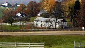 Grange blanche dans le charme, Ohio Photos stock