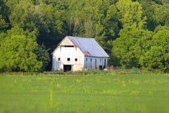 Grange blanche en Indiana rural image libre de droits