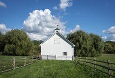 Grange blanche et nuage blanc photo libre de droits