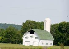 Grange blanche neuve avec le toit vert Photographie stock libre de droits