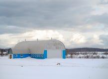 Grange bleue en hiver Images libres de droits