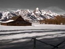 grange classique de moulton et montagnes grandes de teton photos libres de droits