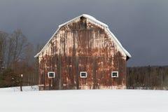 Grange couverte dans la neige image stock