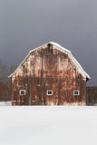 Grange couverte dans la neige photo libre de droits