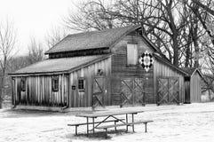 Grange d'édredon dans la neige Image libre de droits