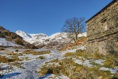 Grange dans la campagne hivernale images stock