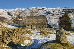 Grange dans la campagne hivernale photographie stock